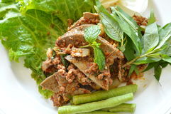 Το πικάντικες χοιρινό κρέας μπριζολών και η σαλάτα συκωτιού τρώνε το ζεύγος με το φρέσκο λαχανικό στο πιάτο Στοκ Εικόνα