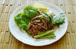 Το πικάντικες χοιρινό κρέας μπριζολών και η σαλάτα συκωτιού τρώνε το ζεύγος με το φρέσκο λαχανικό στο πιάτο Στοκ φωτογραφία με δικαίωμα ελεύθερης χρήσης