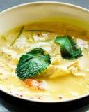 Το πικάντικο κάρρυ σούπας κρέμας γάλακτος καρύδων με, γαρίδες τιγρών, μακριά νουντλς σόγιας, νεαροί βλαστοί φασολιών, ασβέστης, π Στοκ φωτογραφία με δικαίωμα ελεύθερης χρήσης