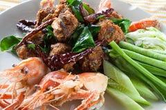 Το πικάντικο τηγανισμένο χοιρινό κρέας κομματιάζει τη σφαίρα με τις επικεφαλής γαρίδες, ταϊλανδικά τρόφιμα Στοκ φωτογραφία με δικαίωμα ελεύθερης χρήσης