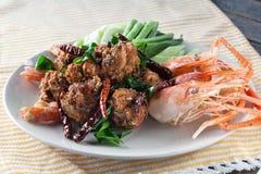 Το πικάντικο τηγανισμένο χοιρινό κρέας κομματιάζει τη σφαίρα με τις επικεφαλής γαρίδες, ταϊλανδικά τρόφιμα Στοκ Φωτογραφία