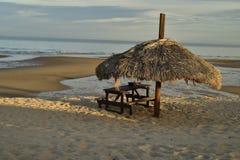 Το πικ-νίκ καρπουζιών alm οι ομπρέλες SAN Felipe, Baja, Μεξικό παραλιών Στοκ Εικόνα