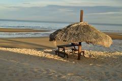 Το πικ-νίκ καρπουζιών alm οι ομπρέλες SAN Felipe, Baja, Μεξικό παραλιών Στοκ φωτογραφία με δικαίωμα ελεύθερης χρήσης