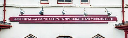 Το πιό μακροχρόνιο όνομα θέσεων του UK, llanfairpwllgwyngyllgogerychwyrndrobwllllantysiliogogogoch στο δημόσιο σταθμό τρένου στοκ φωτογραφίες