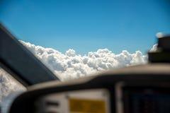 Το πιλοτήριο ενός μικρού αεροσκάφους που πετά σε επτά χιλιάες πόδια με την εκλεκτική εστίαση στο σωρείτη alto καλύπτει Στοκ Φωτογραφίες