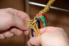 Το πλέξιμο Πάσχα κτυπά με τις χρωματισμένες κορδέλλες στοκ εικόνα με δικαίωμα ελεύθερης χρήσης