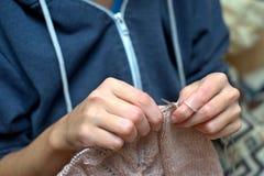 Το πλέξιμο πλέκει την έννοια μαντίλι τεχνών ραπτικής νημάτων βελόνων Στοκ Φωτογραφίες