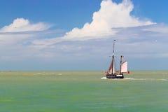 Το πλέοντας σκάφος πηγαίνει στη ανοικτή θάλασσα Στοκ εικόνα με δικαίωμα ελεύθερης χρήσης