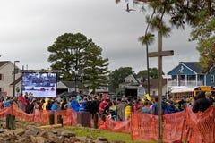 Το πλήθος περιμένει το πόνι Chincoteague κολυμπά Στοκ φωτογραφία με δικαίωμα ελεύθερης χρήσης