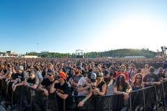Το πλήθος σε μια συναυλία Download στο φεστιβάλ μουσικής βαρύ μετάλλου Στοκ Φωτογραφίες