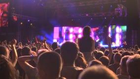 Το πλήθος της ευτυχούς προσοχής ανθρώπων παρουσιάζει στη σκηνή, κυματίζοντας χέρια, που απολαμβάνουν τη μουσική απόθεμα βίντεο