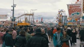 Το πλήθος των ανθρώπων περπατά κατά μήκος της κεντρικής οδού του φεστιβάλ Oktoberfest Μόναχο, Γερμανία απόθεμα βίντεο