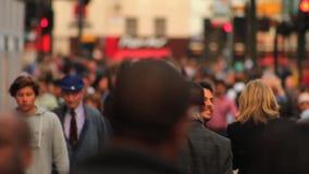 Το πλήθος των ανθρώπων που περπατούν στο δρόμο με έντονη κίνηση, ανταλάσσει καθημερινά/οικονομικά ενεργή ζωή απόθεμα βίντεο