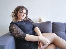 Το πλήρες κορίτσι ο καναπές teddy αντέχει το παιχνίδι Στοκ Εικόνες