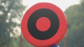 Το πλήρωμα αλυσίδων που εγκαθιστά bullseye τον εξοπλισμό στον τομέα για να μετρήσει τη σειρά κατεβάζει απόθεμα βίντεο