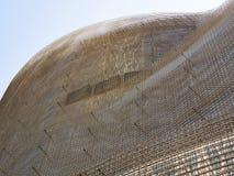 Το πλαίσιο του σύγχρονου κτηρίου φιαγμένο από φύλλα το ενωμένο στενά πλέγμα καλωδίων στο εργοτάξιο οικοδομής, κατώτατη άποψη στοκ εικόνα
