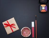 Το πλαίσιο των καλλυντικών και αποτελεί τα προϊόντα στο μαύρο υπόβαθρο Διάστημα και χλεύη αντιγράφων επάνω καλοκαίρι μόδας Στοκ Εικόνες