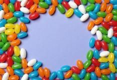 Το πλαίσιο φιαγμένο από φωτεινές καραμέλες ζελατίνας στο υπόβαθρο χρώματος, επίπεδος βάζει στοκ εικόνες με δικαίωμα ελεύθερης χρήσης