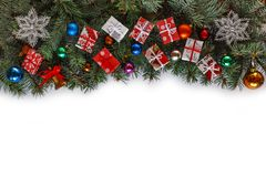 Το πλαίσιο Χριστουγέννων, κλάδοι Χριστουγέννων, ντεκόρ Χριστουγέννων, λευκό, αντιγράφει τη διαστημική, τοπ άποψη Στοκ Φωτογραφίες
