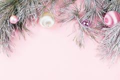 Το πλαίσιο Χριστουγέννων με το έλατο διακλαδίζεται, κώνοι κωνοφόρων, ασημένιες διακοσμήσεις στο υπόβαθρο κρητιδογραφιών με την πτ Στοκ φωτογραφίες με δικαίωμα ελεύθερης χρήσης