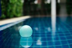 Το πλαστικό επιπλέον σώμα σφαιρών στο σαφές νερό στην πισίνα είναι backgroun Στοκ φωτογραφίες με δικαίωμα ελεύθερης χρήσης