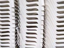 Το πλαστικό σχέδιο καρεκλών συσσωρεύει στοκ εικόνα με δικαίωμα ελεύθερης χρήσης
