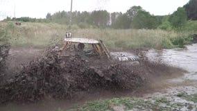 Το πλαϊνό αυτοκίνητο στη φυλή οδηγεί τον ανήφορο από τη βαθιά λάσπη με το νερό συνδετήρας Βρώμικος ανταγωνισμός στον ετήσιο αγώνα φιλμ μικρού μήκους
