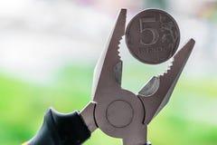 Το πλεονέκτημα του νομίσματος πέντε ρούβλια στο πιάσιμο στοκ φωτογραφία με δικαίωμα ελεύθερης χρήσης