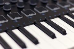 Το πληκτρολόγιο του Midi είναι άσπρη κινηματογράφηση σε πρώτο πλάνο Σύγχρονη ηλεκτρονική μουσική, εξοπλισμός στούντιο στοκ εικόνα
