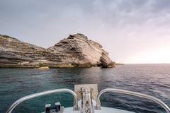 Το πλησιάζοντας σκάφος στη δύσκολη ακτή στοκ φωτογραφίες με δικαίωμα ελεύθερης χρήσης
