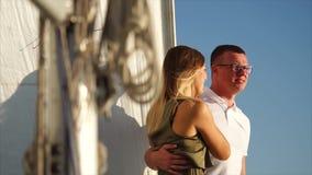 Το πλούσιο ζεύγος των τουριστών στηρίζεται σε ένα γιοτ πολυτέλειας σε μια θάλασσα απόθεμα βίντεο