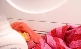 Το πλυντήριο βρίσκεται μπροστά από ένα πλυντήριο στοκ φωτογραφίες