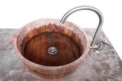 Το πλύσιμο δίνει την ξύλινη λεκάνη στην κορυφή τσιμέντου που απομονώνεται στο λευκό στοκ φωτογραφία με δικαίωμα ελεύθερης χρήσης