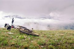 Το ποδήλατο βουνών βρίσκεται mountainside Στοκ εικόνα με δικαίωμα ελεύθερης χρήσης