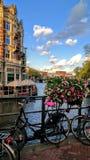 Το ποδήλατο καναλιών του Άμστερνταμ ανθίζει τον ουρανό άποψης Στοκ Εικόνες
