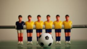 το ποδοσφαιρικό παιχνίδι απομονώνει τον πίνακα δύο φορέων foosball πλαστικά παιχνίδια παιχνιδιών σφαιρών απόθεμα βίντεο
