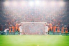Το ποδόσφαιρο και το γήπεδο ποδοσφαίρου για το πρωτάθλημα κερδίζουν για τη μουτζουρωμένη πλάτη στοκ φωτογραφία