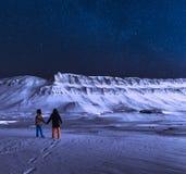 Το πολικό αρκτικό βόρειο αστέρι ουρανού borealis αυγής φω'των στα βουνά πόλεων της Νορβηγίας Svalbard Longyearbyen snowscooter Στοκ εικόνα με δικαίωμα ελεύθερης χρήσης