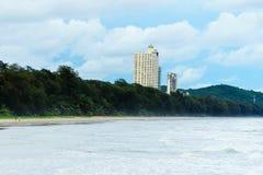 Το πολυόροφο κτίριο συγκυριαρχιών στην παραλία mae rumphueng rayong Στοκ εικόνες με δικαίωμα ελεύθερης χρήσης