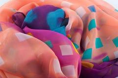 Το πολύχρωμο ύφασμα σιφόν με τα διαφορετικά τετράγωνα βρέθηκε στο σωρό Στοκ εικόνα με δικαίωμα ελεύθερης χρήσης
