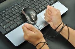 Το ποντίκι λαβής χεριών γυναικών και ήταν δεσμός με το ποντίκι υπολογιστών, interne Στοκ Φωτογραφία
