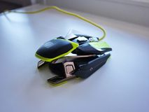 Το ποντίκι υπολογιστών για τα gamers, μπορεί να χρησιμοποιηθεί στα παιχνίδια και σε ένα προσωπικό Η/Υ λεπτομέρειες στοκ εικόνα