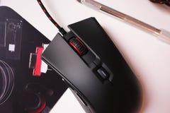 Το ποντίκι υπολογιστών για τα gamers, μπορεί να χρησιμοποιηθεί στα παιχνίδια και σε ένα προσωπικό Η/Υ λεπτομέρειες στοκ φωτογραφία