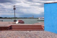 Το πορθμείο πλοηγεί γύρω από το νησί Burano Στοκ Εικόνες