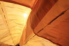 Το πορτοκάλι βλέπει μέσω του υφάσματος με τον ήλιο στο υπόβαθρο στοκ φωτογραφίες