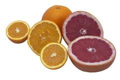 Το πορτοκάλι και το γκρέιπφρουτ βρίσκονται στο άσπρο υπόβαθρο Διάφορα νόστιμα φρούτα στο άσπρο σκηνικό στοκ εικόνες