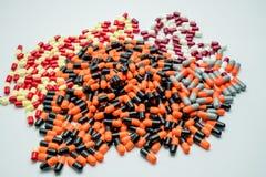 Το πορτοκάλι, ο Μαύρος, γκρι, λευκό, κόκκινο, χλωμιάζει - κίτρινος, χάπια καψών Στοκ Εικόνες