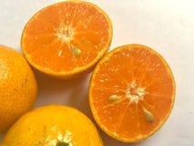 Το πορτοκαλί μισό περικοπών τρώει Στοκ φωτογραφία με δικαίωμα ελεύθερης χρήσης