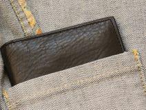 Το πορτοφόλι δέρματος από του σακακιού τζιν η τσέπη στοκ εικόνα