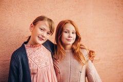 Το πορτρέτο δύο όμορφων λίγα τα κορίτσια Στοκ Φωτογραφίες